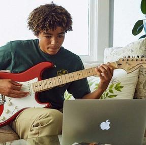 ¿Nada qué hacer? ¡Fender tendrá 3 meses de clases de guitarra gratis en línea!
