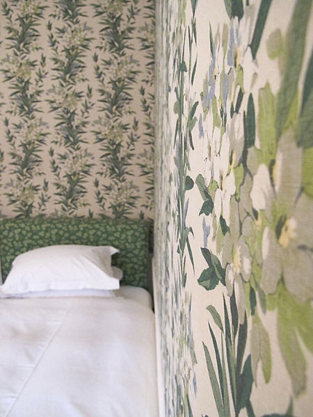 Luxurious fabric walling using Jean Monro's 'Oleander' print fabric from Turnell and Gigon