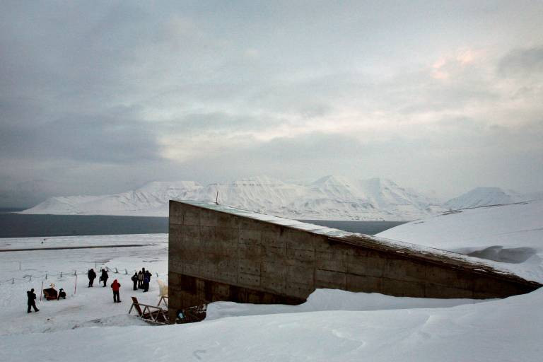 Fonte: veja.abril.com.br. Banco Mundial de Sementes em Longyearbyen, capital do arquipélago de Svalbard, na Noruega (Bob Strong/Reuters)