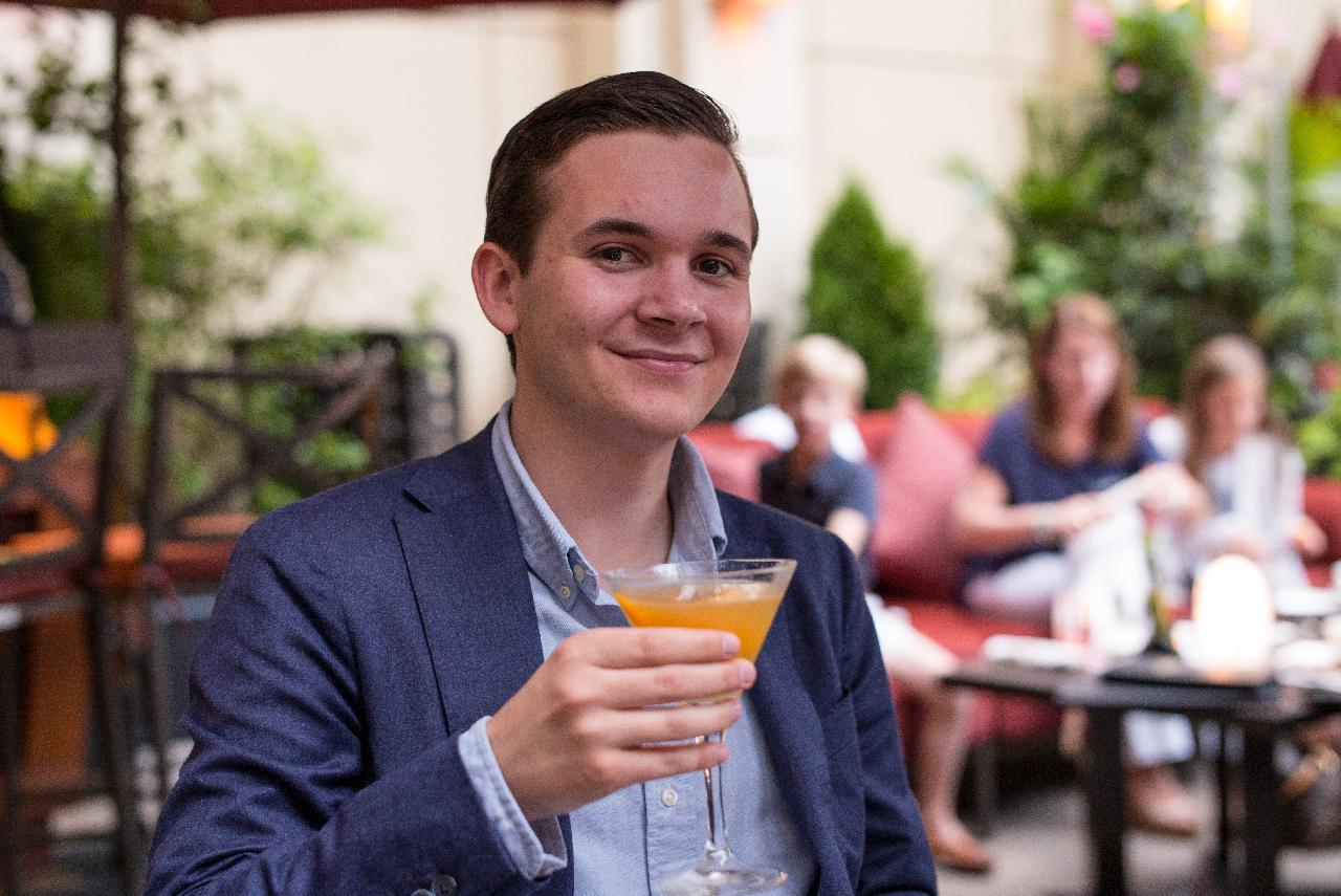 Mladý a sympatický muž sa na vás usmieva v reštaurácii