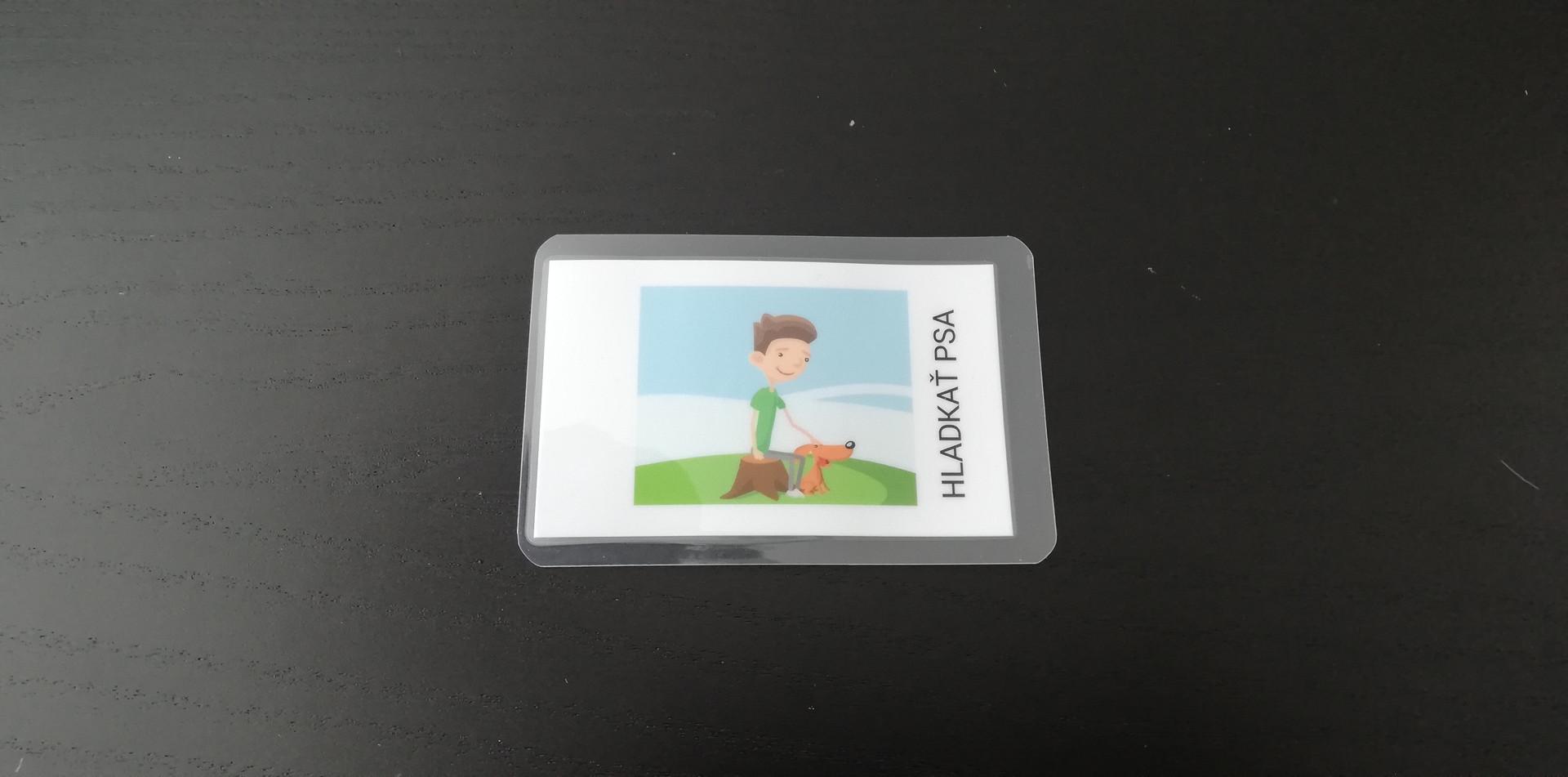 Vytiskněte obrázek, na zadní stranu naneste nálepku NFC a zalaminujte ji