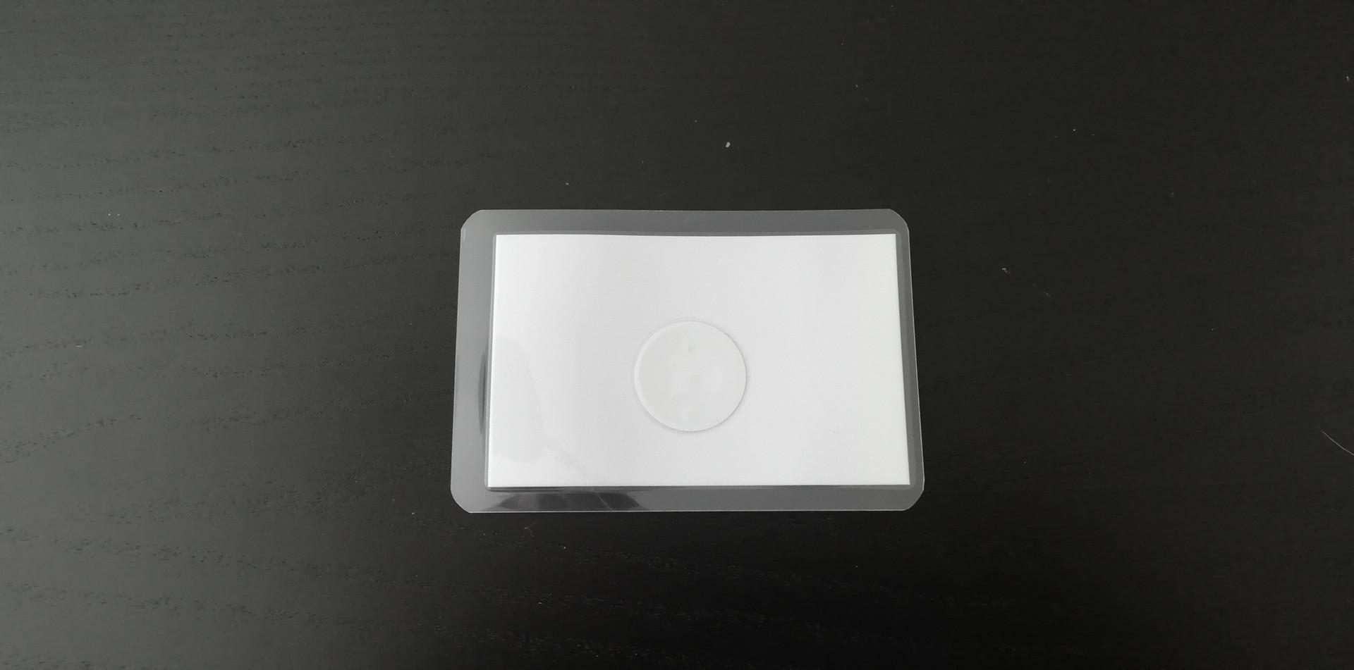 Na zadní straně můžete vidět nálepku NFC
