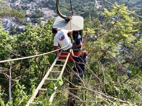 Familia atrapada en teleférico de Taxco