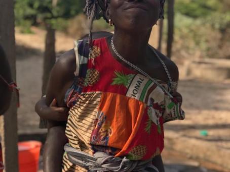 Dos aldeas, una que goza de un pozo con agua segura y otra que todavía espera por ayuda.