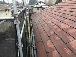 水分を多く含んだスレート屋根