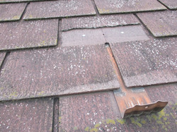 スレート屋根の欠損と留めている釘の露出部分