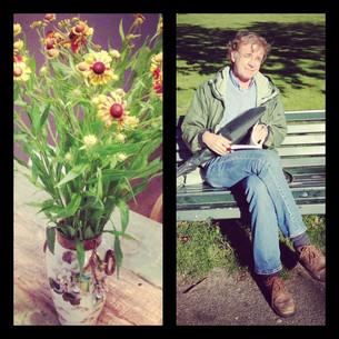 Bloemen voor de lezende man in het park