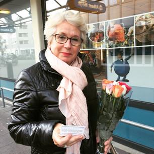 Bloemen voor Carina, Jerisa, een 'oudere' man en de winkelende dame