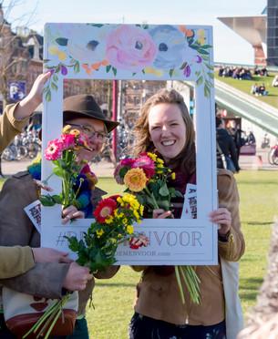 Cora en Rosanne gaven bloemen weg tijdens 'Bloemen voor Amsterdam'