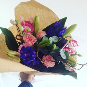 Bloemen voor een mevrouw in het ziekenhuis