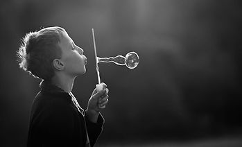 Valerie Hammacher, photographer, Kinder Portrait People schwarz weiß Foto Child Kind seifenblase