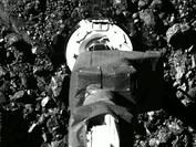 """Космический зонд """"оседлал"""" астероид Бенну"""