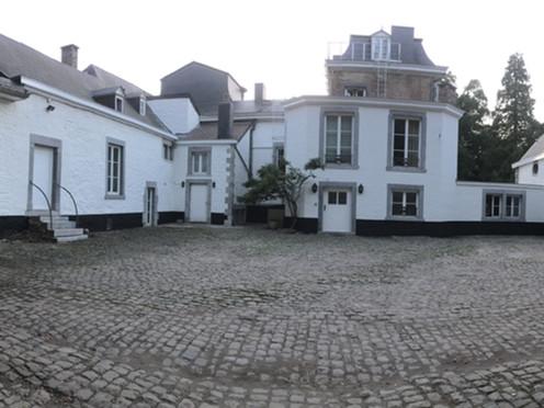 Cour du Château de Sainval à Tilff.