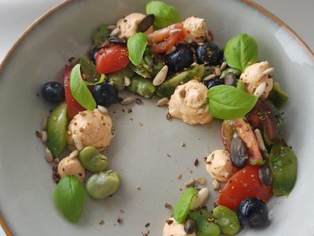 Sommersalat mit Tomaten, Saubohnen und Heidelbeeren