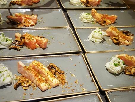 Geflämmter Lachs | Kohlrabi | Koriander | Gebeizte Egerlinge