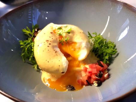 Pochiertes Ei unter der Misohollandaise-Haube