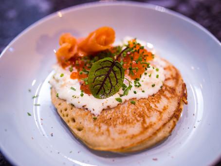 Blini   Sauerrahm   Lachs   Kaviar  - die ideale Silvestervorspeise