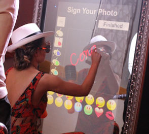 MirrorUs Sign your image interactive