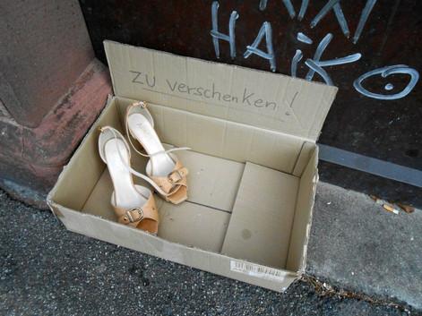 """Sachen mit einem Schild """"Zu verschenken"""" auf die Straße stellen - ist das solidarisch oder illegal ?"""