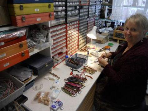 travail du cuir, fabrication de montres, bracelets, colliers et boucles d'oreilles, ma table de travail en train de fabriqués des montres