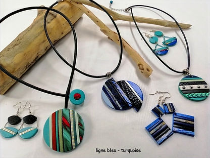 colliers et boucles'd'oreilles en cuir de vachette travaillé façon mosaïque, couleurs bleu, turquoise et imprimés