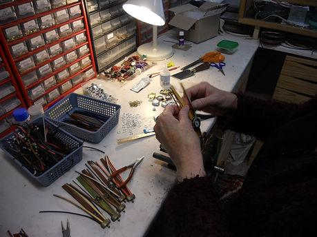 assemblage et collage de bracelet montre