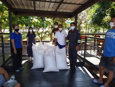 ทีมงาน ดร.รณวริทธิ์ ปริยฉัตรตระกูลนำส่งข้าวหอมมะลิอินทรีย์แก่หน่วยบรรเทาสาธารณภัย ร้อยเอ็ด