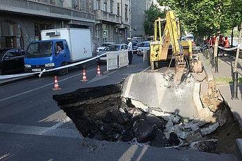 Hole-in-the-road-in-Bucharest-Cornel-Pie