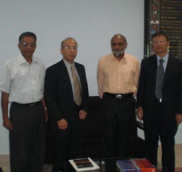 Кадзицука Ясуси (второй слева)  во время работы  в компании «Tokyo keiki» (командировка в Индию)