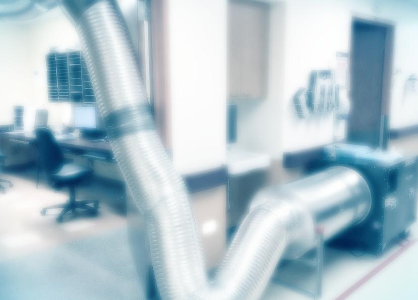 """""""La salle de travail des médecins est traversée par un gros tuyau métallique qui se rend jusqu'à la fenêtre et est lié à un système de ventilation dont on entend constamment le bruit sourd.""""  Sortie de zone"""