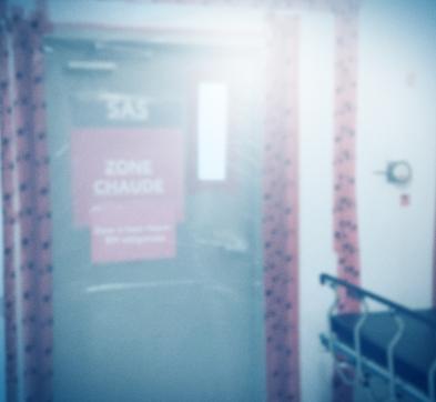 «Vous êtes dans la zone COVID; les patients hospitalisés ici ont tous la COVID. »   La nouvelle préposée