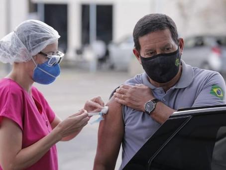 Mourão toma 2ª dose da vacina, pede distanciamento e uso de máscara