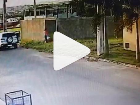 Vídeo mostra momento em que mãe joga o recém nascido em lote baldio