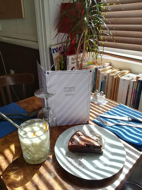 part de gâteau et cocktail sur une table