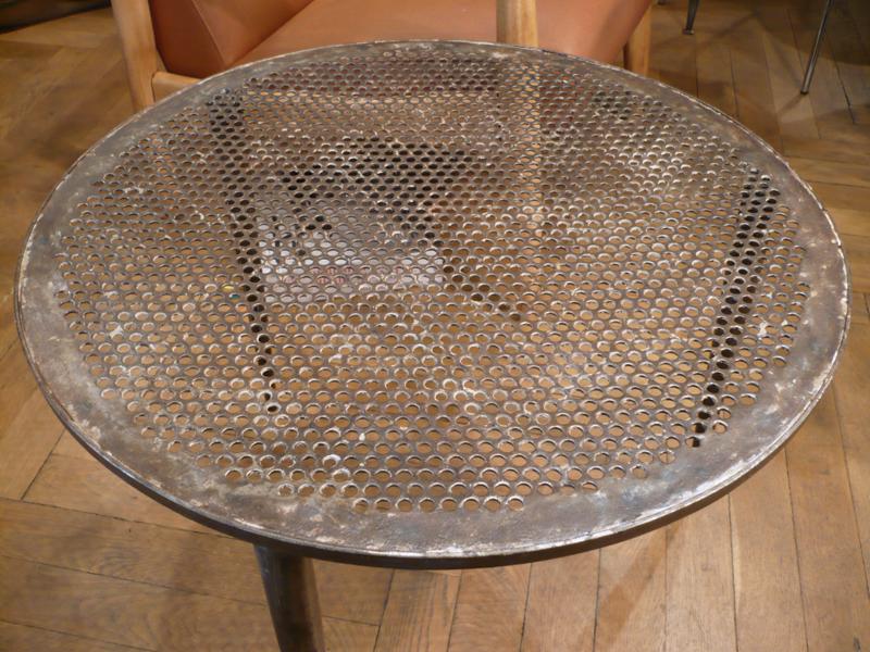 Table basse en métal perforé