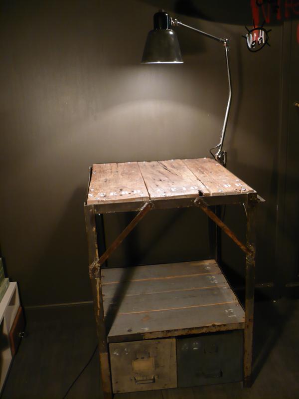 Etabli industriel et lampe d'atelier