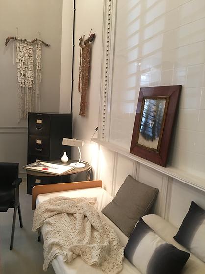 Un daybed des années 50 en chêne, un meuble industriel en métal, une chaise Ettore Sottsass et un tissage mural contemporain créent une parfaite ambiance arty !