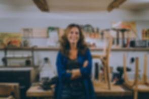 Virginie Thoby, fondatrice d'ArtchiArty, sélectionne et restaure le mobilier dans son atelier Boulevard de la Libération à Marseille 13004