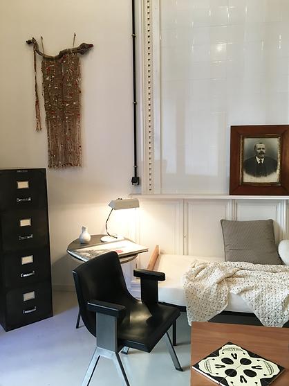 Chaise Ettore Sottsass, céramique contemporaine, portrait début de siècle, tous les mélanges sont possibles che ArtchiArty !