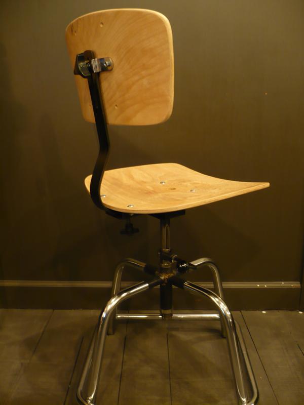 Chaise d'atelier vintage.png