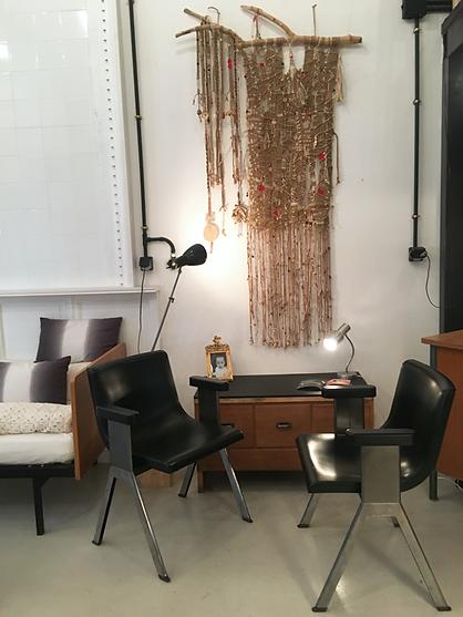 Paire de chaise Ettore Sottsass, meuble à tiroirs en chêne et lampes industrielles pour éclairer la tapisserie murale !