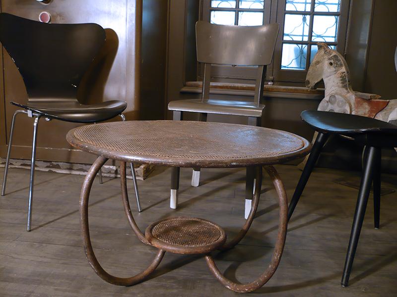 table en métal perforé