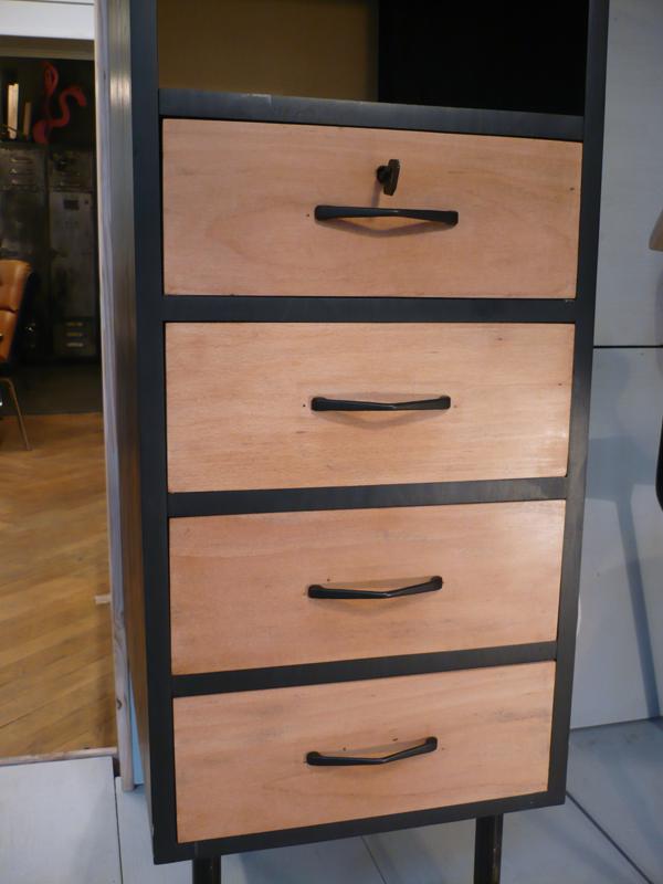 Meuble à tiroirs en bois