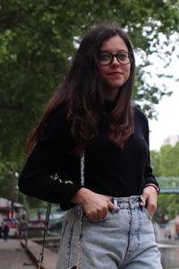 photo de la tenue de rosepaillettee prise au canal saint martin à Paris