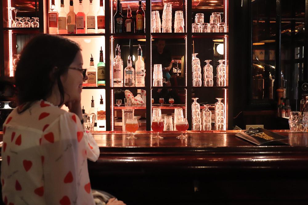 Moi assise au bar avec3 petits verres de bières brassé au O'Neil