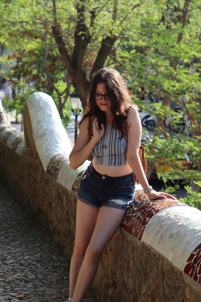 tenue d'été avec le sac le petit cartel x Junesixtyfive porté au park güell par rosepaillettee