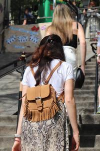 rosepaillettee avec le sac du petit cartel en collaboration avec june sixty five