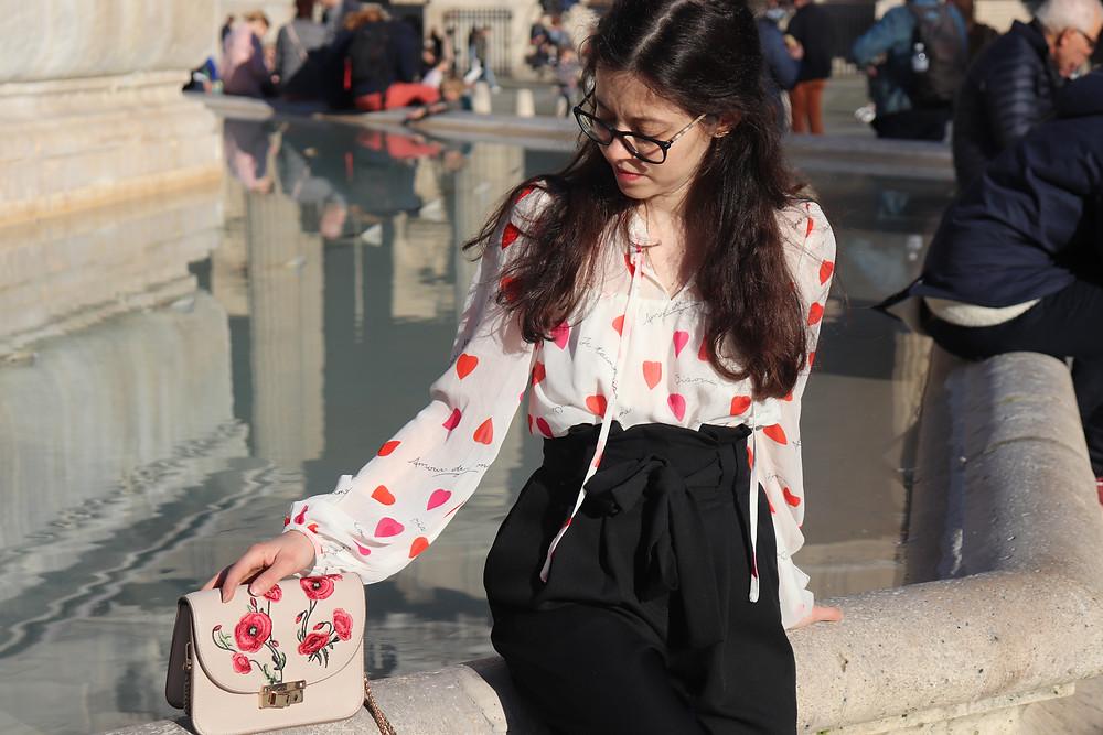 Photo d'une tenue élégante prise à paris composé d'une blouse à coeur