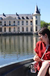 Château d'ermenonville avec rosepaillettee sur une barque