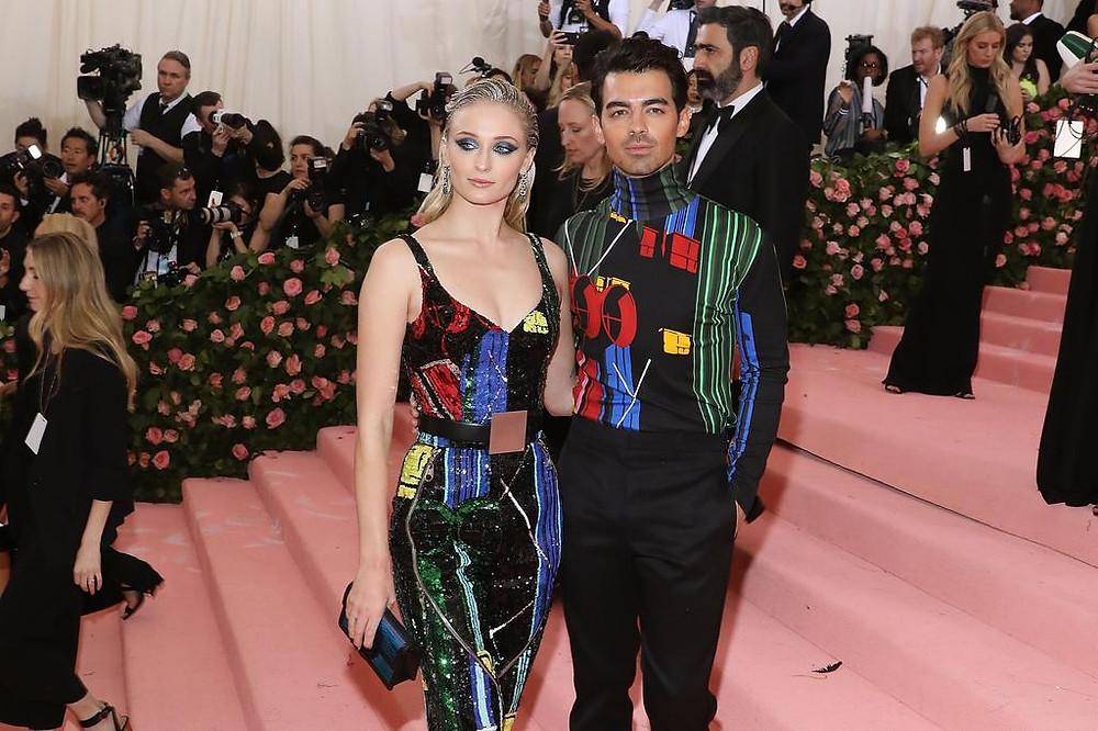 Sophie Turner et Joe Jonas en Louis Vuitton au met gala 2019
